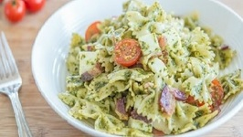 Pesto Pasta Salad Recipe with Bacon, Mozzarella and Tomatoes - Summer Picnic