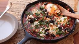 How to Make Shakshuka (North African Style Poached Eggs With Spicy Tomato Sauce)