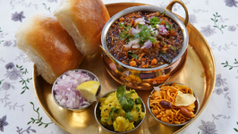 Puneri Misal Recipe In Marathi - Maharashtrian Misal Pav - Sonali