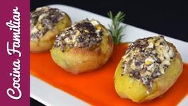 Patatas asadas rellenas con revuelto de morcilla